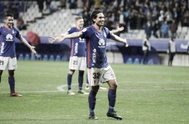 Steven, flanqueado por Berjón y Mossa en su noche mas mágica, dando el triunfo al Real Oviedo con su gol. Imagen; realoviedo.com