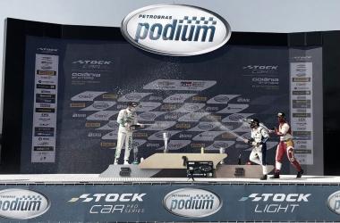 Celebración en el podio de Mauricio, Campos y Abreu / Foto: Pirelli Brasil (Twitter)
