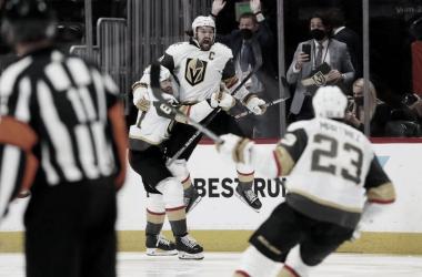 Mark Stone celebra el gol de la victoria | Foto: Michael Martin/NHLI via Getty Images