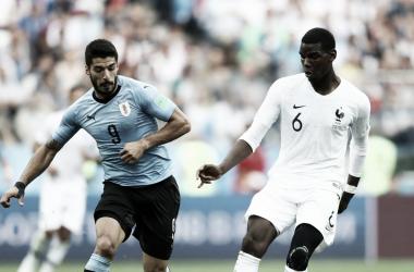 Suárez y Pogba en el último duelo Uruguay Francia. Foto: FIFA.
