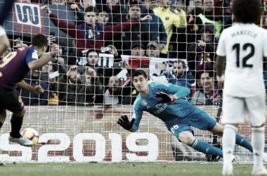 Luis Suárez lanza un penalti en el último clásico // imagen: agencia EFE