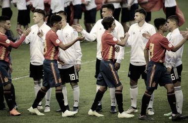 El saludo inicial en el partido España-Alemania. / Fuente: Sefutbol.