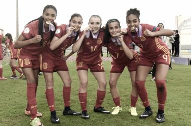 Jugadoras de la selección española mostrando sus medallas tras ganar el europeo sub 17. / Fuente: Sefutbol.