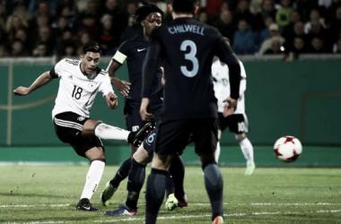 Amiri saca el disparo del gol. Foto: TheFA.