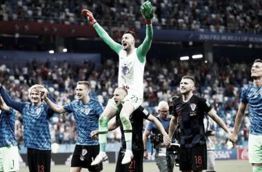 Danijel Subasic, la figura croata celebra en hombros el triunfo de su selección 3 a 2 en penalesfrente a Dinamarca | Foto: Trome