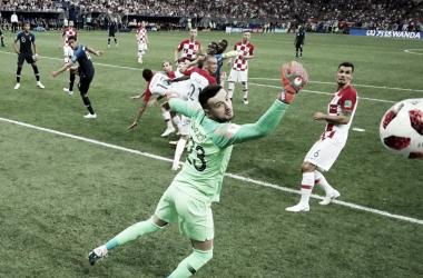 Subasic observa como entra el balón rematado por Mandzukic hacia su propia portería | Foto: FIFA