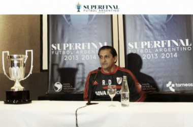 Ramón ante los micrófonos. Muy feliz por el momento del club. Va por otro trofeo. (FOTO: Copa Argentina Oficial)