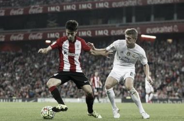 Susaeta controla el balón ante la presión de Kroos (Foto: athletic-club.net)