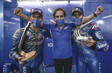 Brivio junto a Joan Mir tras ganar el EuropeGP 2020 y Álex Rins quedar en 2º puesto. Foto: suzuki-racing.com