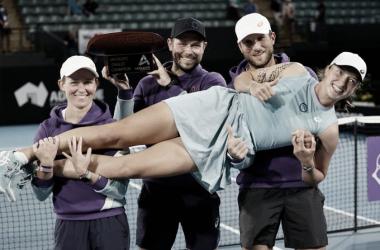 Iga Swiatek celebrando el triunfo con su equipo. (Fuente: Twitter @AdelaideTennis)