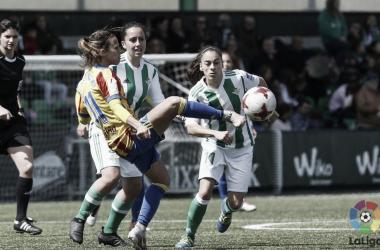 Marianela Szymanowski controlando el esférico durante el partido contra el R. Betis Féminas. Fuente: Valencia CF.