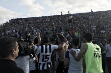 Los jugadores festejan con sus hinchas un ascenso bien merecido. (Foto: Mundo D)