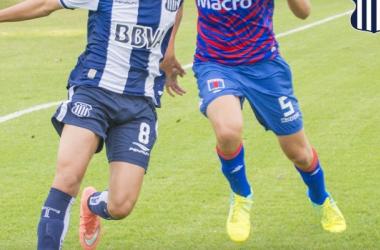 Ferrero disputando la pelota, ante la T(Foto: Sitio Oficial Talleres de Córdoba)