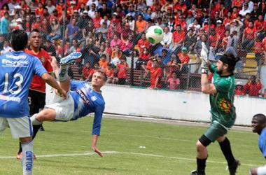 Cristian Nasuti de tijera anotó el gol de la victoria de Emelec