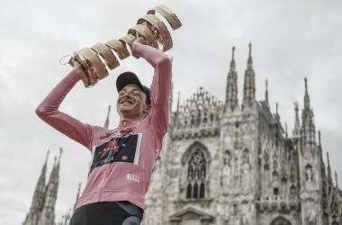 Imagen de Tao con la copa del Giro de Italia. Foto de la cuenta oficial del @giroditalia