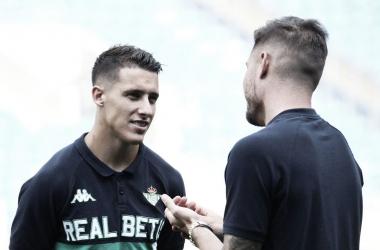 Tello conversando con Loren en el calentamiento del encuentro ante el Cardiff el pasado sábado.Foto: Real Betis Oficlal