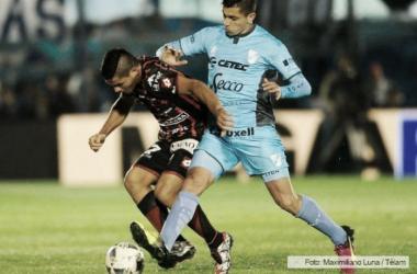 Telechea y Aguirre luchando por la pelota. Foto: Télam