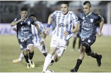 Cristian Chimino y Leandro González peleando por la tenencia de la pelota