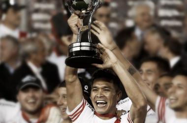 Teo con la Copa Sudamericana, que cortó 17 años de sequía internacional para el Millonario (Foto: Deportes 26).