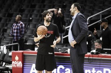 Teodosic conversando con Divac | Foto: NBA.com