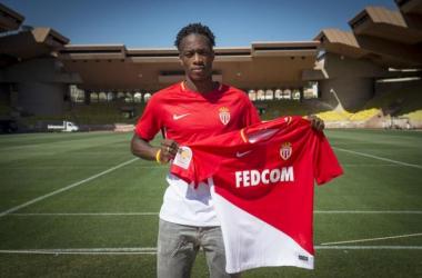 Terence Kongolo pose avec son nouveu maillot (Crédit : Twitter @AS_Monaco)