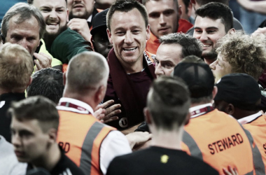 John Terry rodeado de fans de Aston Villa tras superar a Middlesbrough | Foto: Aston Villa