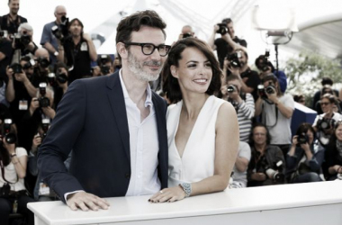 Hazanavicius y Bejo posan ante los medios congregados en Cannes. (Foto (sin efecto):K. Vygrivach / FDC).
