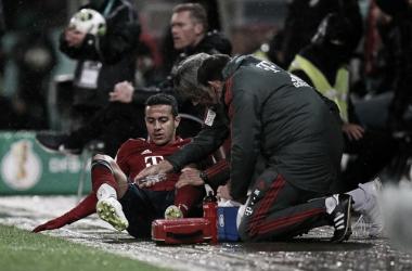 Thiago atendido en la banda por los servicios médicos tras su lesión. Foto: FC Bayern München