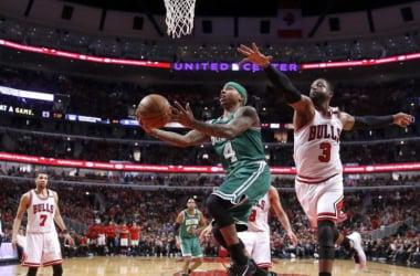 Isaiah Thomas, el jugador del partido ante los Bulls, atacando el aro ante la defensa de Wade. / Foto: AP.