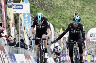 Geraint Thomas cruza la meta exhausto, mientras su compañero Mikel Landa le felicita | Foto: Tour de los Alpes