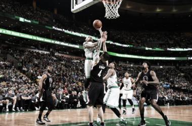 Isaiah Thomas (fazendo a cesta) foi o destaque da partida contra os Clippers nesta quarta (Foto: Divulgação/Boston Celtics)