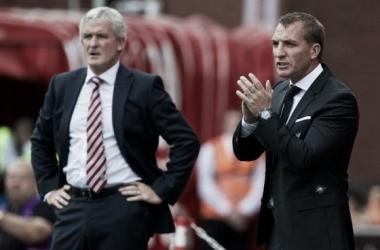 Rodgers aplaude una acción del partido al lado de Hughes. Fuente: Liverpool