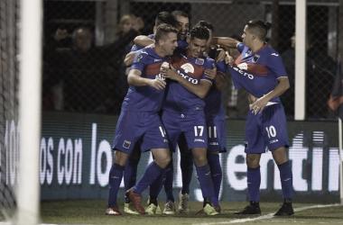 Todos abrazan a Montillo luego de su estupenda definición para poner el 1-0.
