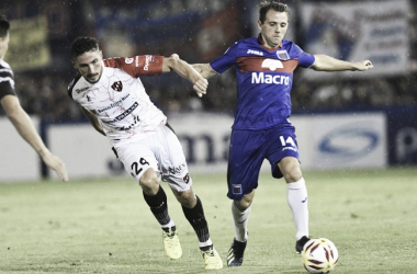 Montillo y la pelota: juega y hacer jugar (Foto: Zona Norte Noticias).