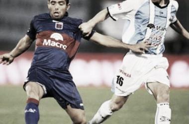 Morel escapa de Mateo en el último encuentro entre ambos equipos (Foto: Prensa Gimnasia)