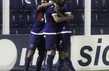 Una postal repetida: todos abrazando al 7 (Foto: Prensa Tigre).