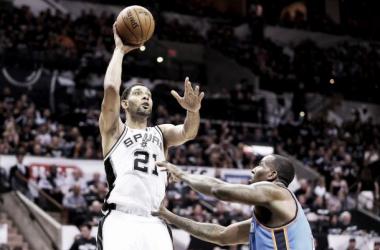 Tim Duncan y un esfuerzo coral dan ventaja a los Spurs