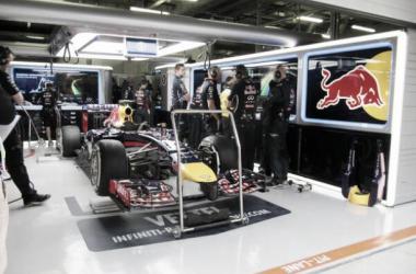 Com pista molhada e sem muita atividade, Ricciardo dominou o terceiro treino livre (Foto: Red Bull Racing/Twitter)