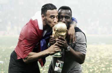 Tolisso besando el soñado trofeo | Foto: FC Bayern