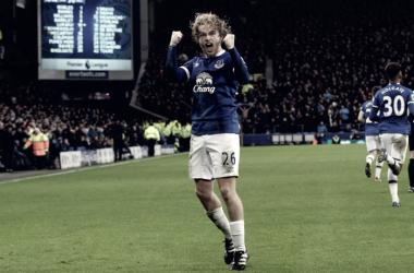 Tom Davies celebra con gran efusividad su primer gol con la camiseta del Everton en Goodison Park | Fotografía: MarcadorInt