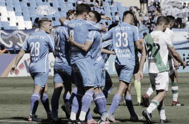 DEBUT EN LAS REDES. Ábrego, anotó su primer gol en la máxima categoría y todos los abrazaron. Foto: Prensa Godoy Cruz