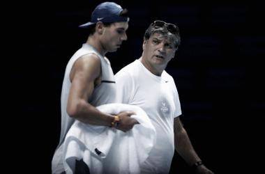 Toni y Rafa Nadal conversando durante un entreno | foto: Zimbio
