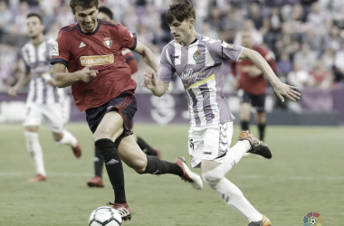 Toni corre frente a un jugador del Osasuna | LaLiga 1|2|3