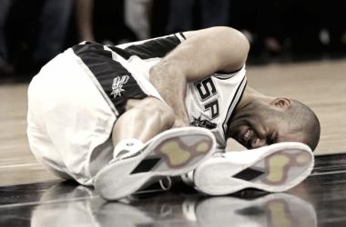 Parker en el suelo y con mucho dolor: Los Playoffs se acabaron para él (Foto: mysanantonio)