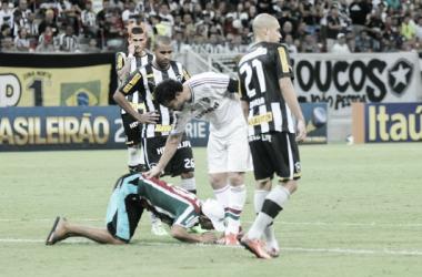 Invasor de campo beija os pés de Fred durante o clássico entre Botafogo e Fluminense, na Arena Pernambuco (Foto: Divulgação)