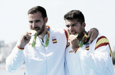 Cristian Toro, a la derecha, junto a Saúl Craviotto, mordiendo la medalla de oro   Foto: Zimbio