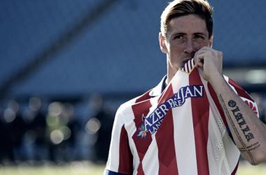 Fernando Torres besa el escudo del Atlético de Madrid en su regreso/ Fuente: Atlético de Madrid