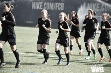 Imagen de archivo. El primer equipo femenino se ejercita sobre el césped de la Ciudad Deportiva Joan Gamper | Foto: Noelia Déniz - VAVEL