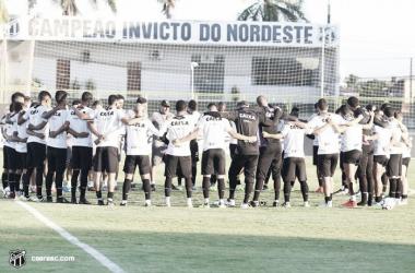 Jogadores conversaram com comissão técnica por 30 minutos antes do início da sessão (Foto: Bruno Aragão / cearasc.com)