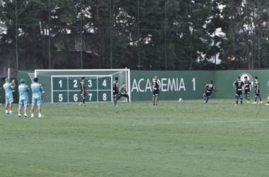 Jogadores treinaram finalizações (Foto: Henrique Ayres /VAVEL Brasil)